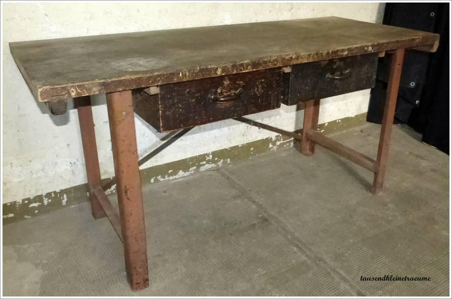 alte werkbank aus eisen mit holzplatte fabrik arbeitstisch. Black Bedroom Furniture Sets. Home Design Ideas