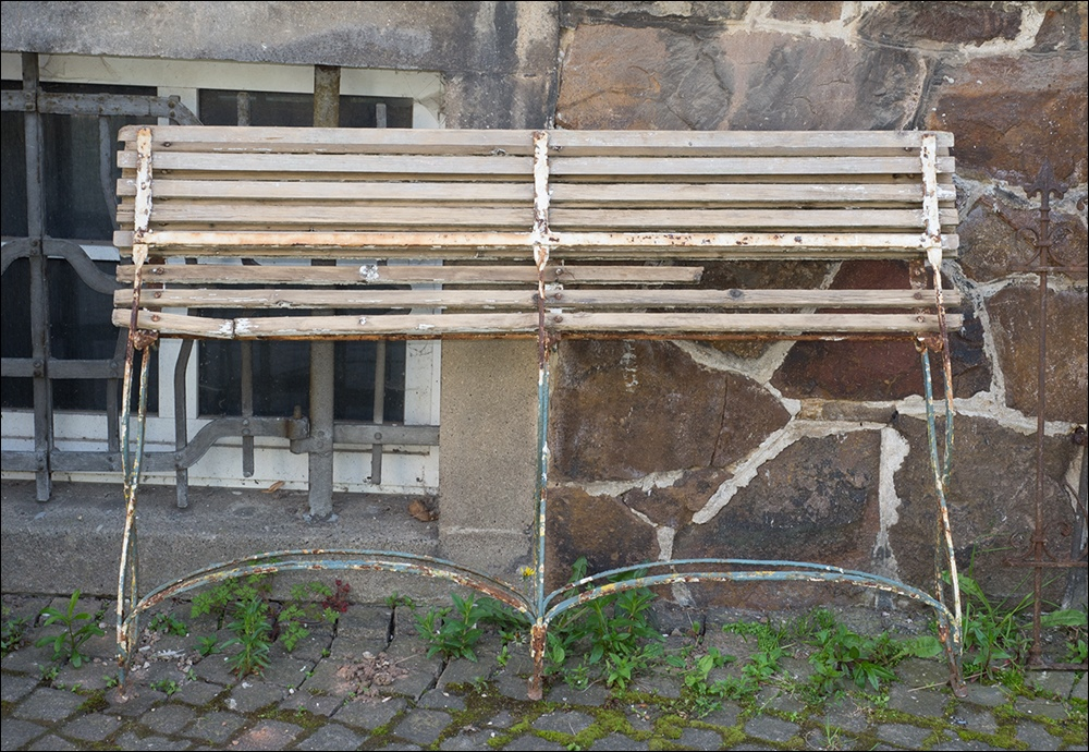 Alte antike gartenbank mit geschmiedetem eisengestell - Antike gartendeko ...